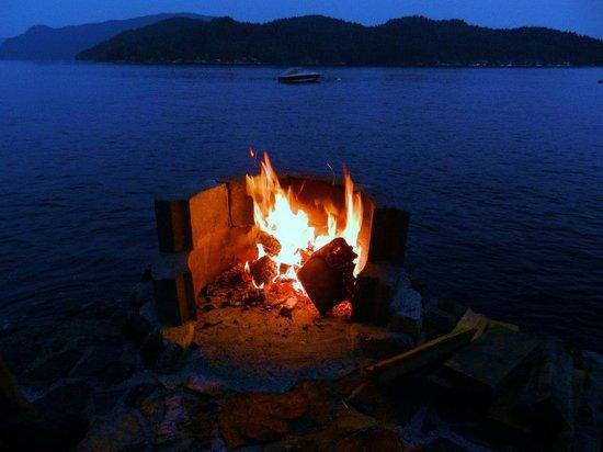 Soames Point Bed & Breakfast: Fire pit