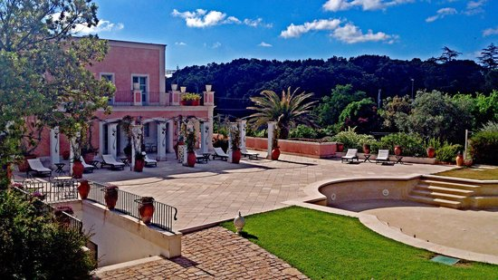 Relais Villa San Martino: Blick vom Haupthaus über den leeren Pool zum Gartenhaus