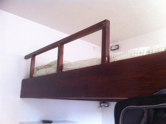 Hotel Studios Phenicio : vue du lit en mezzanine