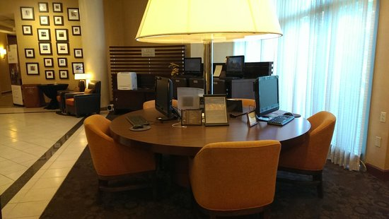 Sheraton College Park North Hotel: Business Center Table with Computers