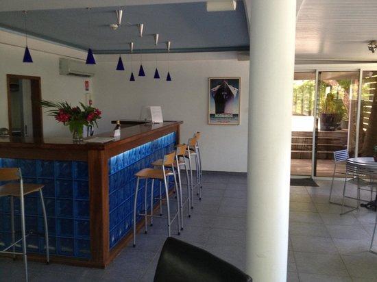 """Normandie Hotel : Le """"desk"""" dans la salle de petit déjeuner climatisée"""