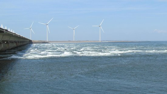 Deltawerken Oosterschelde : Wind mills on the Oosterschelde side