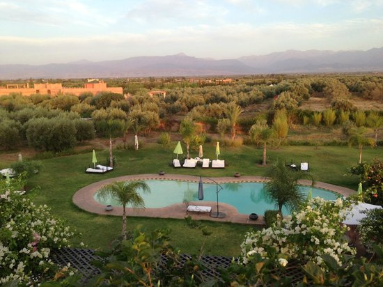 Riad Al Mendili Kasbah: vue de la piscine de la terrasse à l'heure du dîner