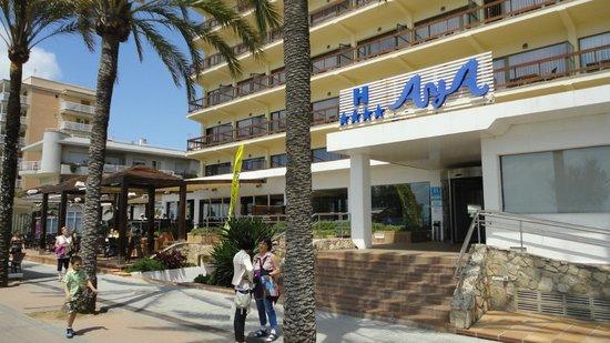 AYA Hotel: De ingang van het hotel Aya