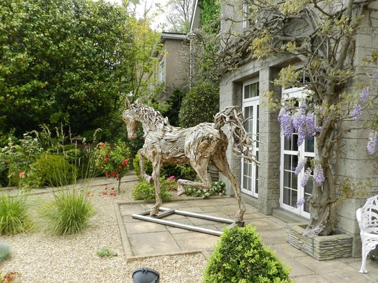Longueville Manor: Wooden sculpture at the entrance of the hotel
