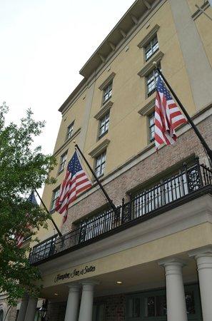 Hampton Inn & Suites Savannah Historic District: Hotel from outside