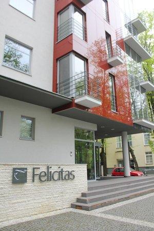 Spa Hotel Felicitas: вход в отель