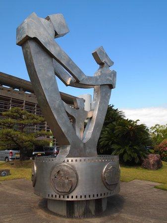 Friendship Tie sculpture in from of Kaizuka City Hall