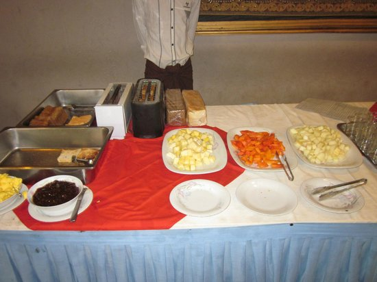 Kumudara Hotel Bagan: Breakfast - food all uncovered for the flies to feast