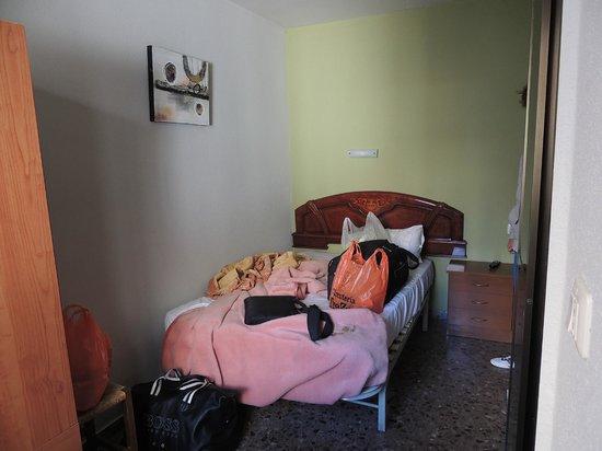 Hostal Milmarcos: Le lit (pas large pour 2)
