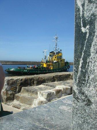 Rejs: Schlepper verlässt den Hafen von Ustka