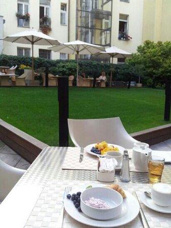 Design Hotel Josef Prague: Colazione in giardino