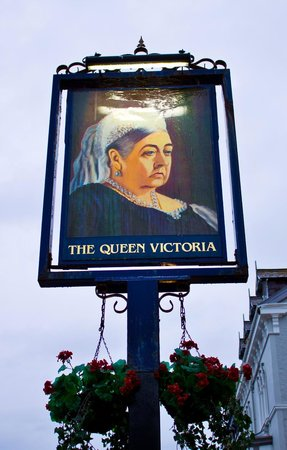 Queen Victoria Pub & Restaurant: Front sign