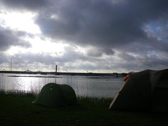 Camping Zeeburg: Vue sur le lac et la rocade bruyante à l'arrière plan