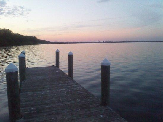 Vinifera Inn: Sunset on the dock.