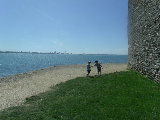 Portchester Castle: Lovely to walk on the outside of the ramparts