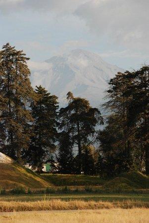Hacienda Panoaya: Popocatépetl entre la bruma, vista de la habitación