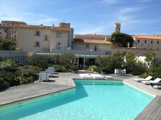 Hotel Genovese: Superbe espace piscine solarium