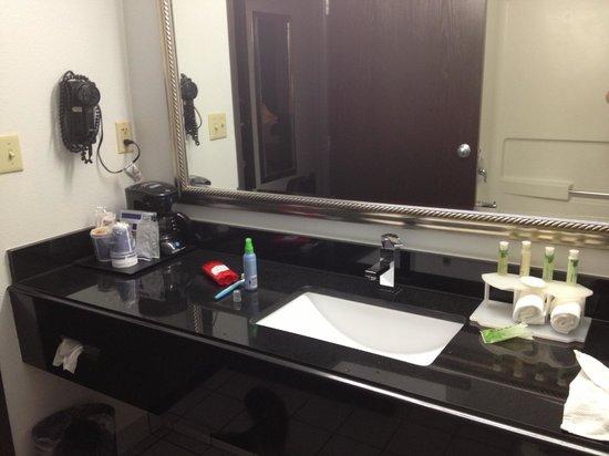 Holiday Inn Express Pendleton: sleek modern bathroom
