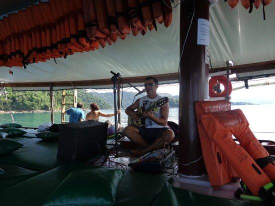 Pousada Mar Azul: esse é o cantor rsrsrs,bom repertório,violão e microfone ajustados ok