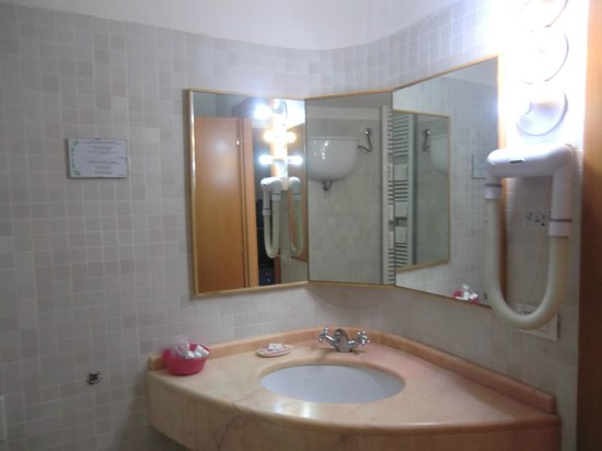 Hotel Italia: 302 Large Bathroom