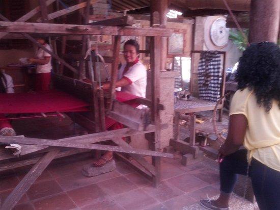 Tunjung Mas Resort Ubud: Tunjung Mas Gallary and store. Woman weaving table cloth