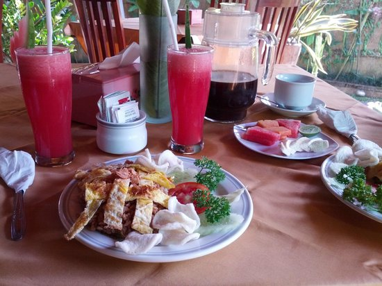 Tunjung Mas Bungalows: Nasi Goreng with eggs for breakfast with fresh fruits and juice