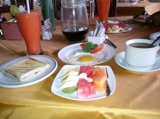 Tunjung Mas Bungalows: Chocalate waffles with fried egg and fresh fruit and juice