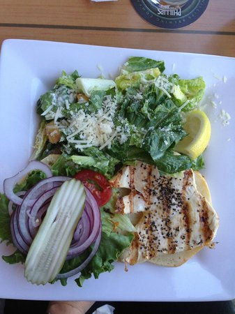 Cow Bay Marine Pub: Grilled chicken sandwich