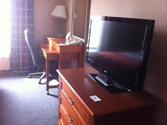 Holiday Inn Halifax Harbourview: Tv and desk