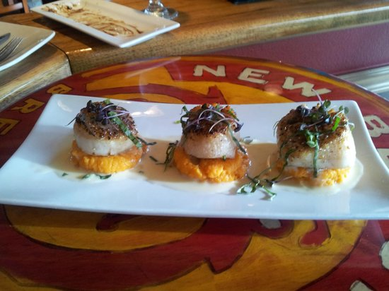Cafe Vino: Scallops with sweet potato puree base...too good for words!