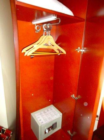 Pavillon Villiers Etoile: Closet with safe