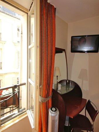Pavillon Villiers Etoile: TV and desk