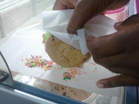 Sprinkles Dessert Shop: Ice cream sandwiches made fresh