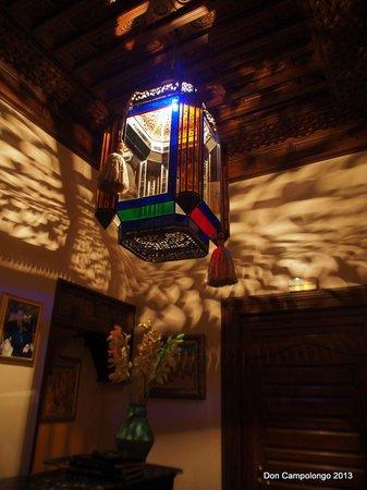 Riad Kniza: Light in reception area