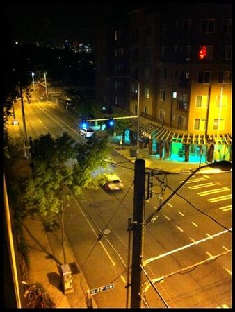 University Inn - A Staypineapple Hotel : night view from 4th floor