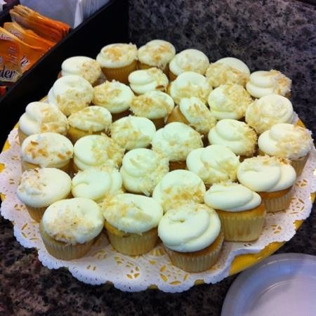 University Inn - A Staypineapple Hotel : complimentary afternoon cupcakes!
