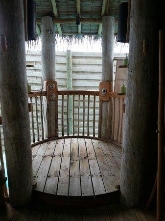 Six Senses Laamu: Outdoor shower