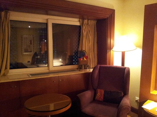 Radisson Blu Hotel, Jeddah: window and overview of room