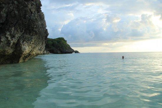 Yapak Beach (Puka Shell Beach): swimming near the cliffs