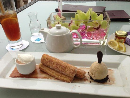 180blũ at The Ritz-Carlton: Coffee ice cream for me,kali ate churrios.