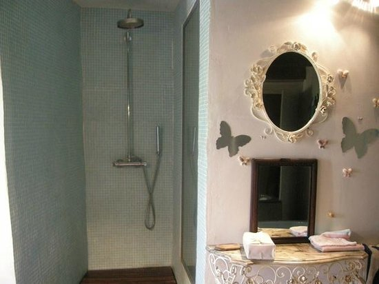 Chambre d'Hote Le Theron: shower/bathroom