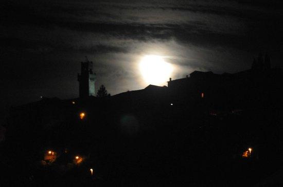 Relais San Bruno: Torre dell'orologio di Piazza Grande vista dal giardino
