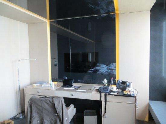 Key Hotel: vor dem Schreibtisch  Fernseher war leider etwas schwerfällig, funktionierte nicht so gut