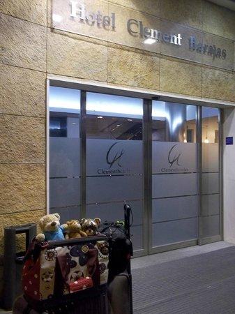 Clement Barajas Hotel: 入口外