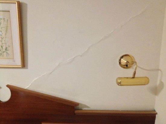 Pembridge Palace Hotel: Crepa nel muro