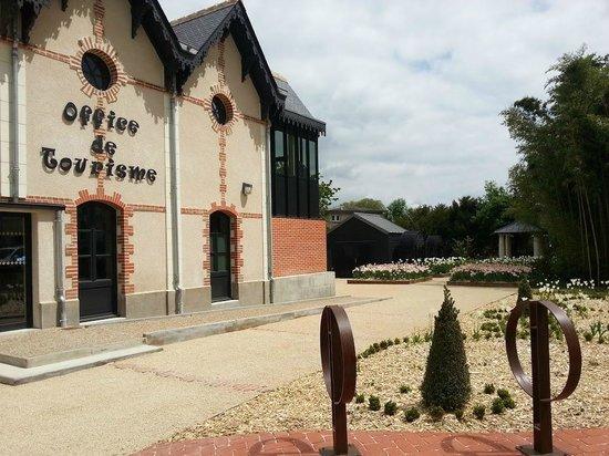 Langeais, Frankrike: Façade de l'Office de Tourisme et ses jardins