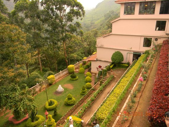 Abad Copper Castle Hill Valley Resort: Garden of hotel