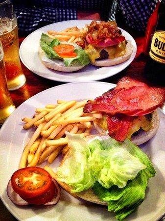 Hamburger Heaven: Nuestros segundos, hamburguesas con bacon y queso y dos pintas de sidra