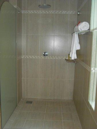 DoubleTree by Hilton Seychelles Allamanda Resort & Spa : shower